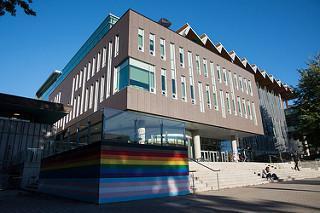 一部の壁がレインボーカラーとなったAMS Nest ビル(Photo from UBC Media relations by Ricardo Seah Photography)