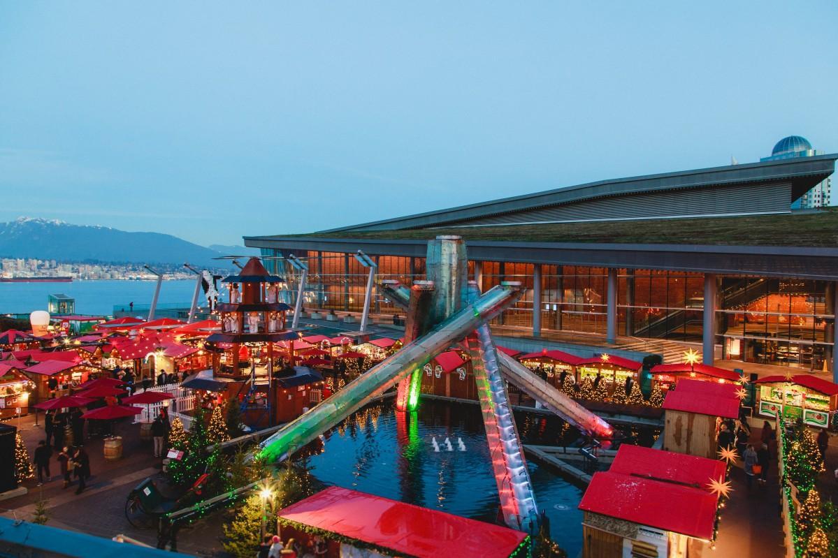 バンクーバーオリンピックの聖火台があるウオーターフロントにオープンした「バンクーバー・クリスマスマーケット」 (Photo =Vancouver Christmas Market by Lindsay Elliott)