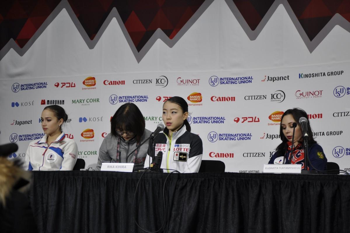 初日を終え会見に臨む1位の紀平選手(中央)2位ザキトワ選手(左)3位トゥクタミシェワ選手(右)