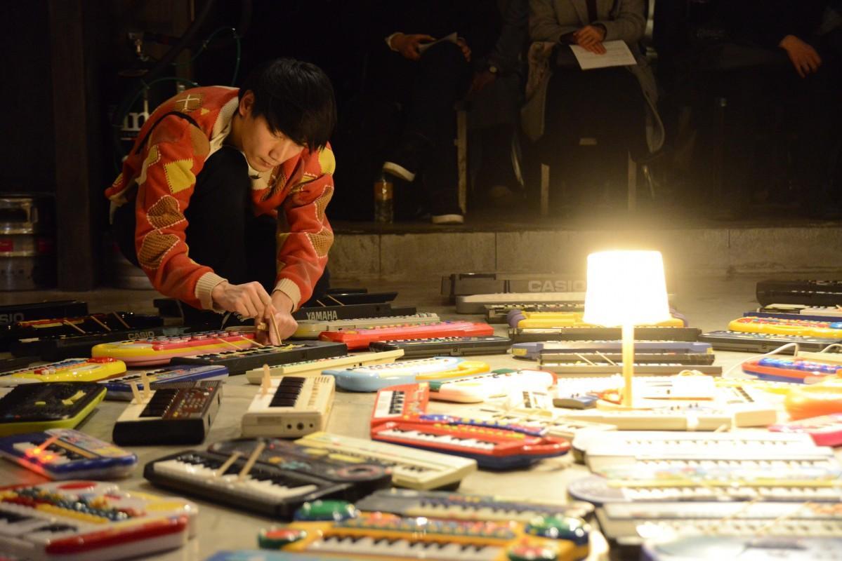 ASUNAさんのキーボード100台を駆使するパフォーマンス「100 Keyboards」(Photo=Ritsuko Sakata)
