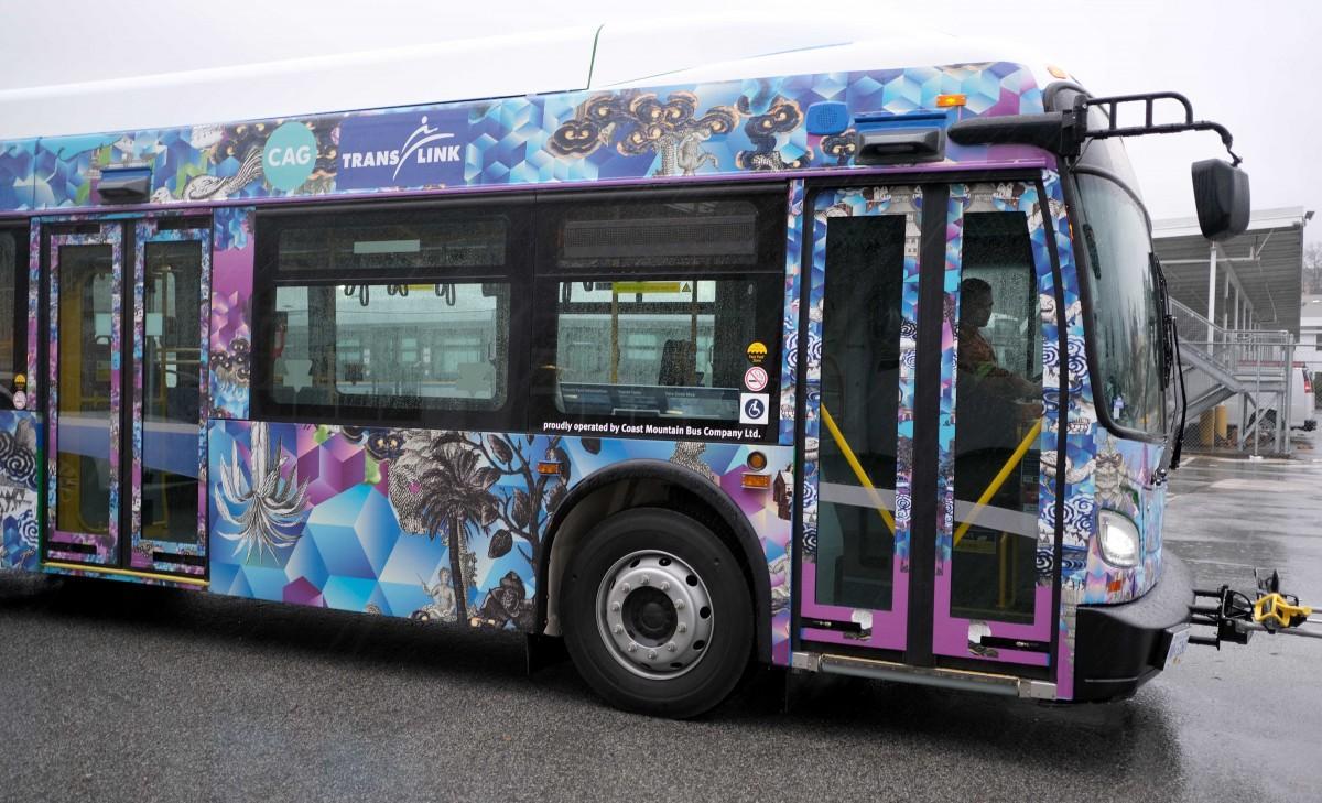 Diyan Achjadiさんの作品Non Serie (In Commute)でラッピングされたバス (写真提供=Contemporary Art Gallery)