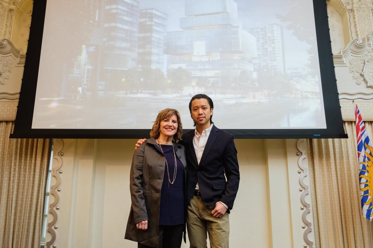 40ミリオンドルを寄付したチャンファミリーのクリスチャン・チャンさん(右)と美術館ディレクターのキャスリーン・バーテルズさん(左)(画像提供=Vancouver Art Gallery)