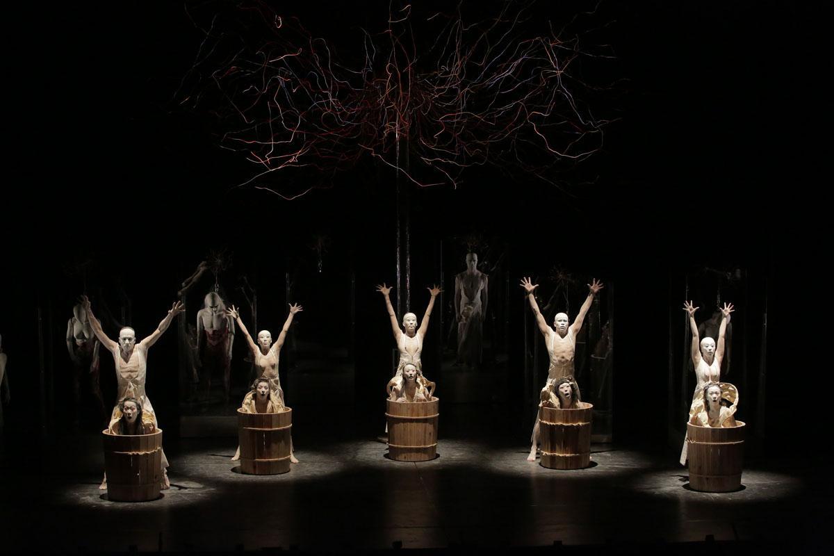 日本の舞踏集団「大駱駝艦」の公演「Pseudo human/Superhuman(擬人/超人)」(写真提供=VIDF、by Hiroyuki Kawashima)