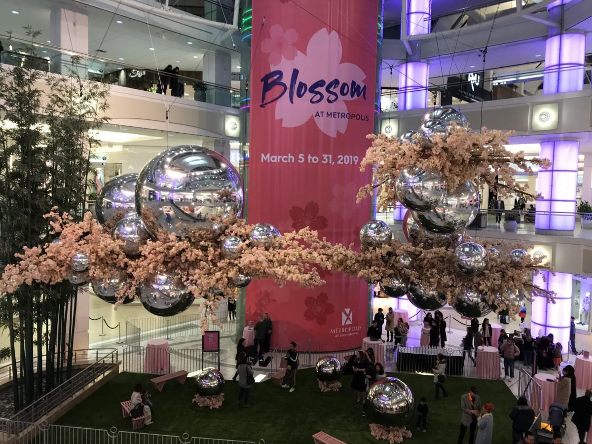 モール中心部の25万輪の桜の造花をあしらったディスプレー「Blossom at Metropolis」