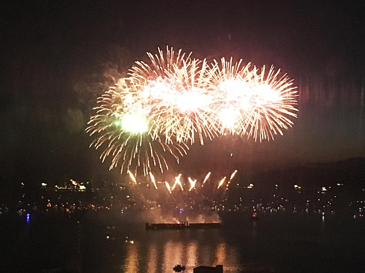 昨年、イングリッシュベイに打ち上げられた花火