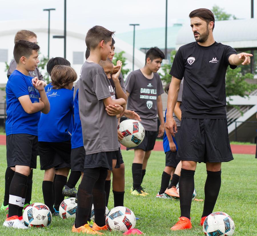 子どもたちにサッカーを教えるダビド・ビジャ選手(写真=DV7 Soccer Academy)