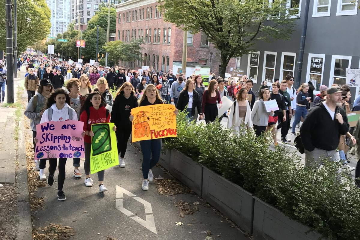 学生を中心とする市民約10万人が気候変動対策を訴えデモ行進