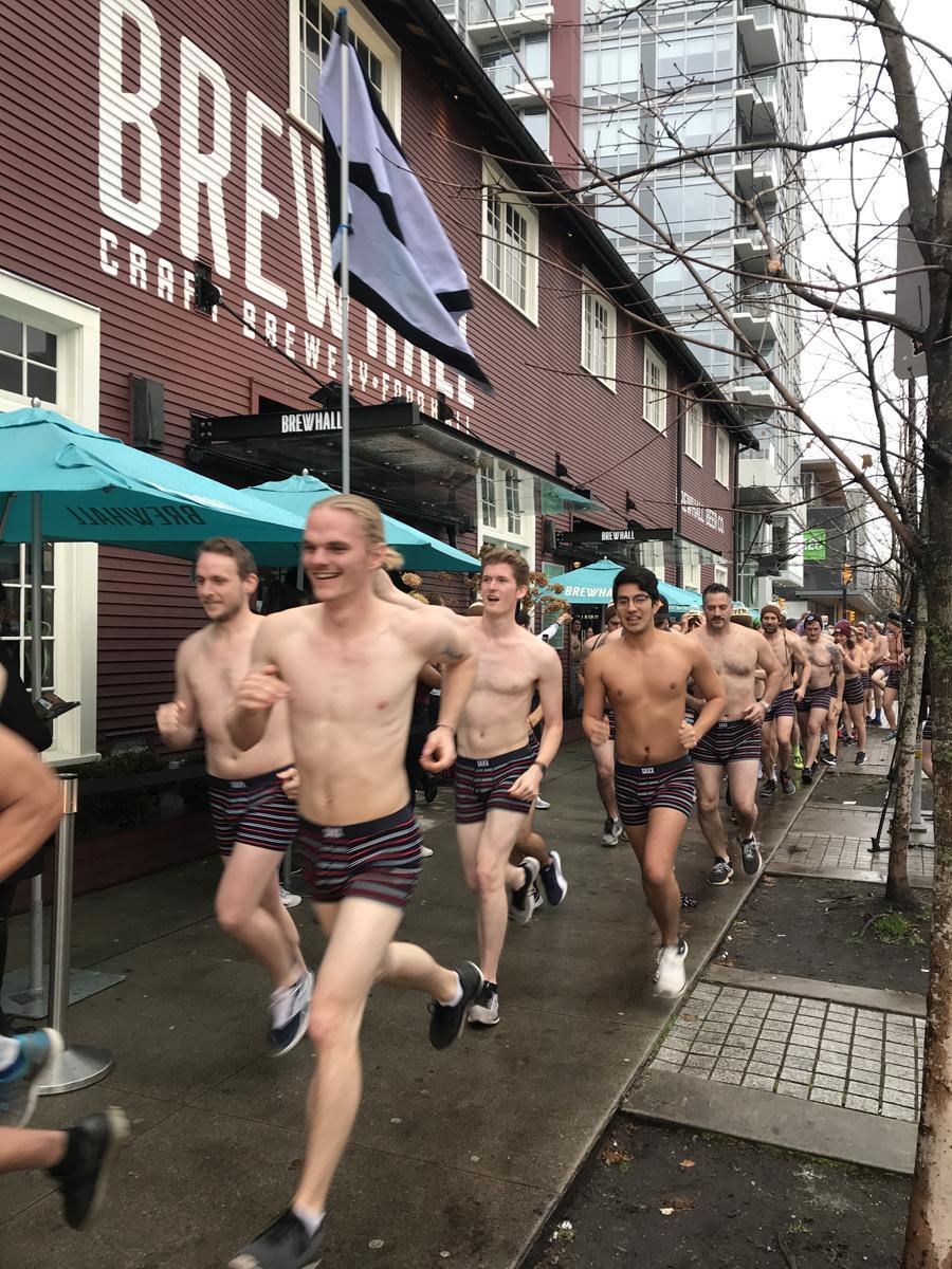 小雨の中、約2キロを下着のみで疾走する参加者たち