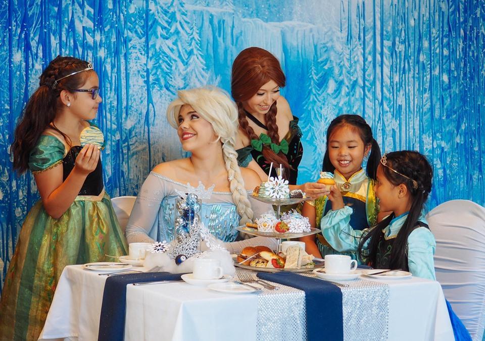 「アナ」と「エルサ」も登場する「アナと雪の女王」テーマのアフタヌーンティー(写真=Hilton Vancouver Metrotown)