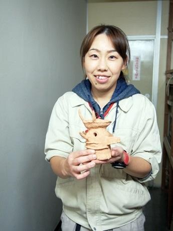 HANI-1選手権に出品された埴輪を持つ瀨谷さん
