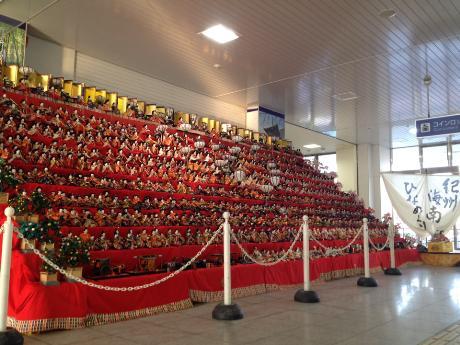 JR海南駅の改札口を出ると1,000体のひな人形が出迎える