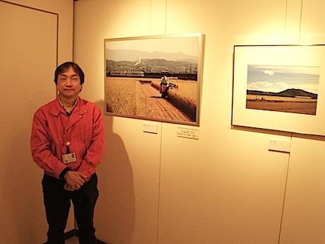 出展者の小松さんと、小松さんの作品