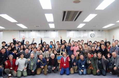 公開プレゼンテーションを終えた受講生と講師陣。中央には笑顔の大橋建一市長も(画像提供/市民の力わかやま)