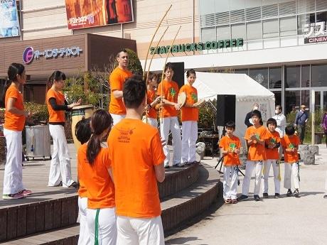 ブラジルのダンスのような格闘技「カポエイラ」など、国際色豊かなプログラムを披露