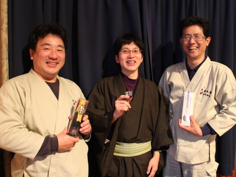 写真左から、丸新本家工場長の湯川福雄さん、いなか伝承社の田中寛人さん、丸新本家5代目の新古敏朗さん