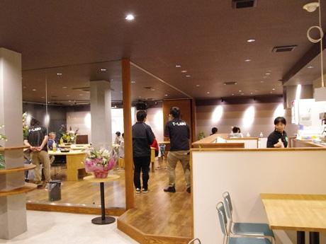 「T-LABO」内覧会の様子。みその商店街に事務所や店舗を構える人の姿も見られる