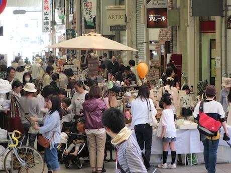 賑わいを見せる北ぶらくり丁商店街(2013年5月の様子)