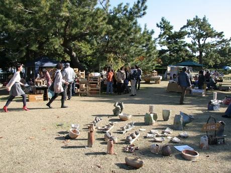 「ミチシオ祭」前回の様子。クラフト作品が並ぶ片男波公園