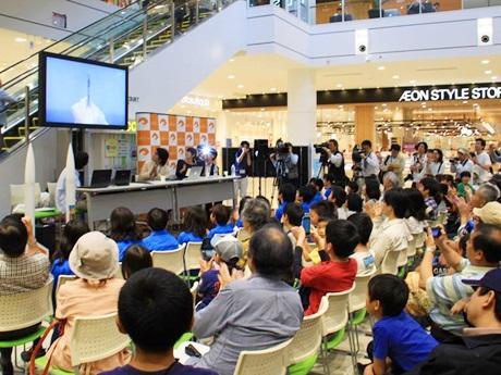 イオンモール和歌山のパブリックビューイング会場で、H2Aロケットの打ち上げを見守る観客