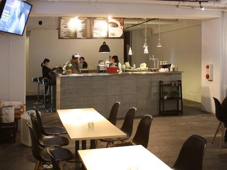 ニューヨークのカフェをイメージしてデザインした店内