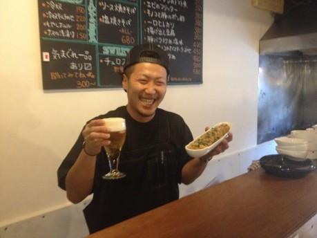 たこ焼きと88円で提供する生ビールを手にする和田さん