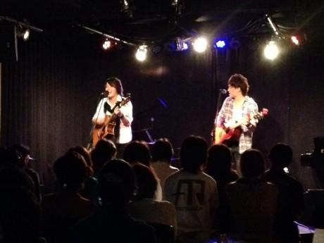 和歌山市のライブハウス「本町ラグタイム」でライブするアロエルートの二人