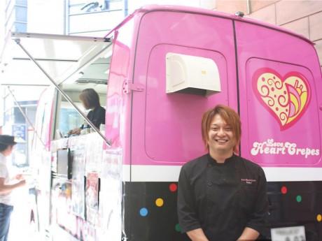 ラブハートクレープ店主の阪本さんとピンク色の移動販売車