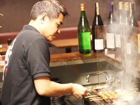 炭火で紀州赤鶏を焼く竹下さん