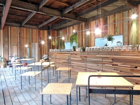 有田川町の工務店をセルフビルドした「ハーブプラスカフェ」の店内