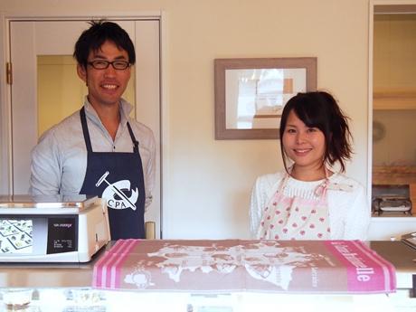 紀の川市のチーズ店「コパン・ドゥ・フロマージュ」の宮本さんと妻の智子さん