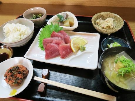 その日の新鮮な魚を刺し身で食べられる定食
