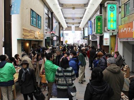 約8000人の来場者で賑わいを見せる、ぶらくり丁商店街