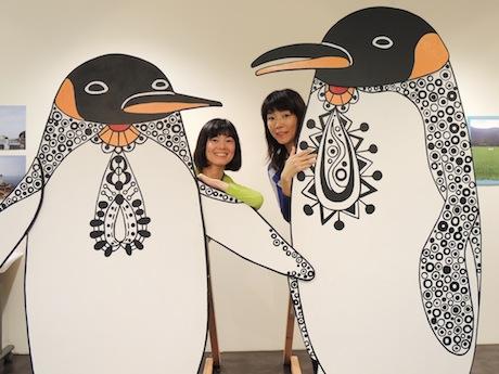 お散歩ペンギンと作者の和田さとこさん(左)、「紀の国トレイナート」実行委員長の廣本直子さん