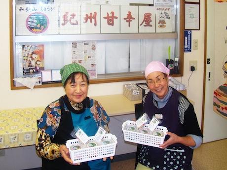 「紀州甘辛屋」の商品を手にする、メニュー開発者の中嶋佳代さん(左)