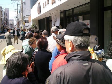 和歌山市駿河町の「駿河町本舗」で、開店初日にできた行列の様子