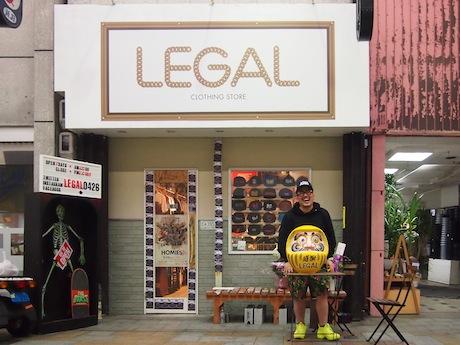 店名が大きく書かれた外観。「LEGAL」は人と人のつながりをイメージしたという