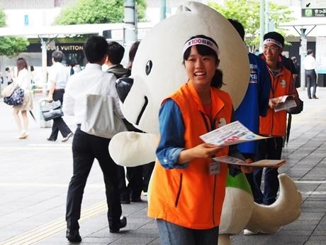 JR和歌山駅前で国体100日前のPR活動に参加する学生ボランティア