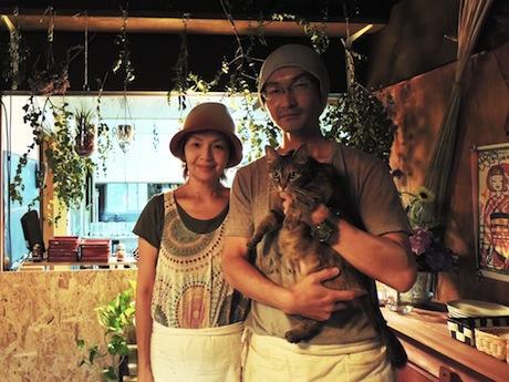 店主の寺本拓郎さん(右)と京子さん、看板猫のレモンちゃん