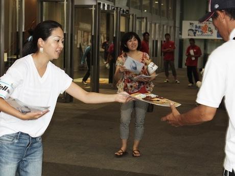 国体壮行式で「Yell Sports Wakayama」を配布する川村編集長