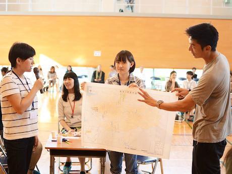 参加者とアイディアにコメントする伊勢谷友介さん(写真右)
