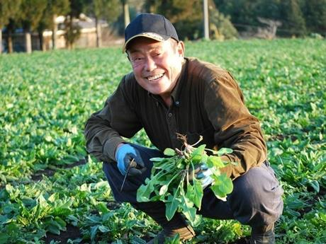 循環農法を実践している自身の畑でほほ笑む赤峰勝人さん