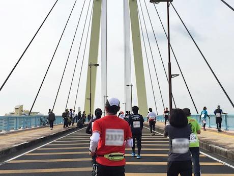 ゴール直前の大きな橋を懸命に上る選手たち