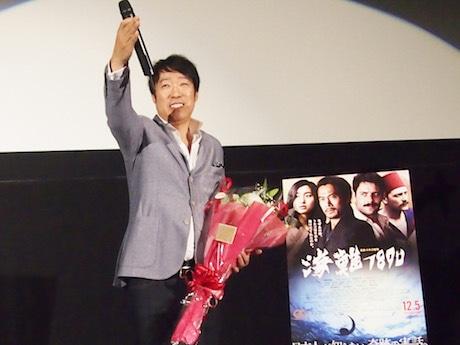 上映後の舞台あいさつで質疑応答する田中光敏監督
