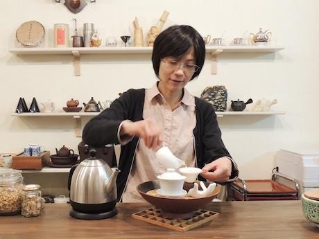 中国茶を入れる店主の中原亜貴さん