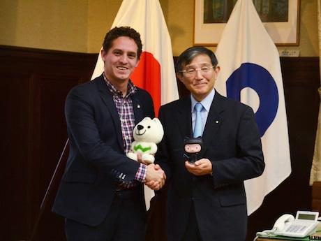 和歌山県庁知事室で握手を交わすスコットさん(左)と仁坂和歌山県知事