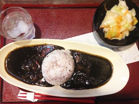 黒い色と山椒(さんしょう)風味が特徴の黒江カレー