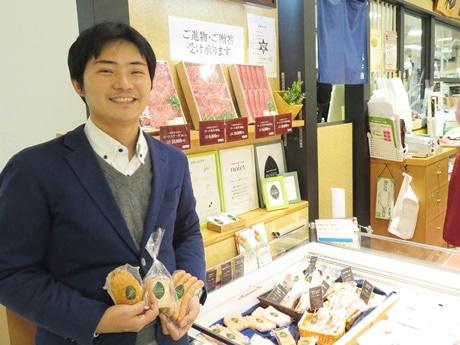 近鉄百貨店和歌山店地下1階の「和牛館」で、「ノイエル」商品を手にほほ笑む永井宏一郎さん