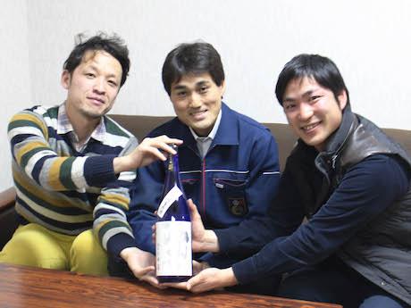 水辺座制作委員会(左から)小賀さんと世界一統の南方さん、武内さん