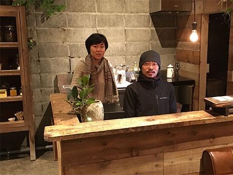 ゲストハウスRICOを運営している橘さん(左から)と宮原さん