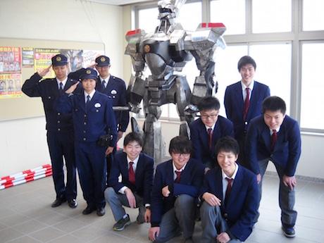 田辺署員とパトレイバー、田辺工業高校の生徒たち